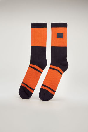Acne Studios  FA-UX-ACCS000016 Blau Multi  Gestreifte Socken mit Face-Aufnäher grau