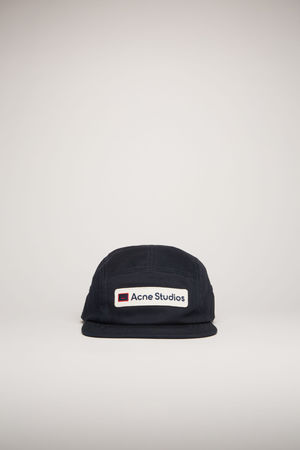 Acne Studios  FA-UX-HATS000053 Dunkelblau  Kappe mit Logo-Aufnäher aus Twill grau