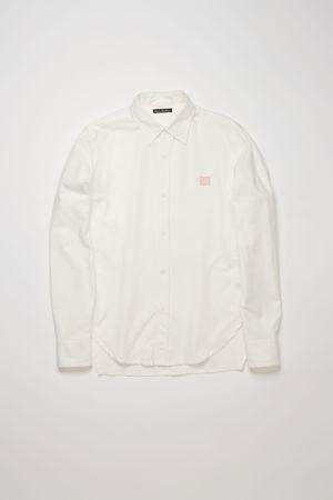 Acne Studios  FA-UX-SHIR000006 Weiß  Hemd in schmaler Passform mit Face-Aufnäher grau