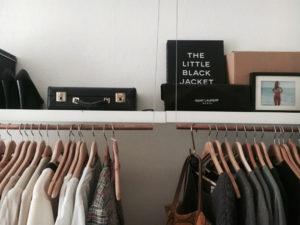 Kleiderschrank mit modischen Essentials