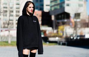 Chiara Ferragni trägt einen Designer Hoodie