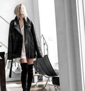 Oversize Lederjacke und Sommerkleid
