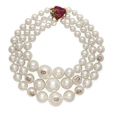 Gucci Mehrlagige Halskette mit Perlen und Erdbeere braun
