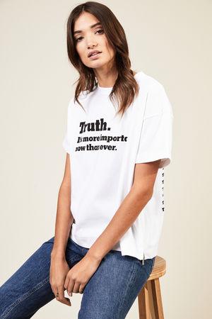 Sacai  - T-Shirt 'Truth' mit Logo-Schriftzug Weiß 100% Baumwolle Größen: 1 = 34 2 = 36 3 = 38 4 = 40